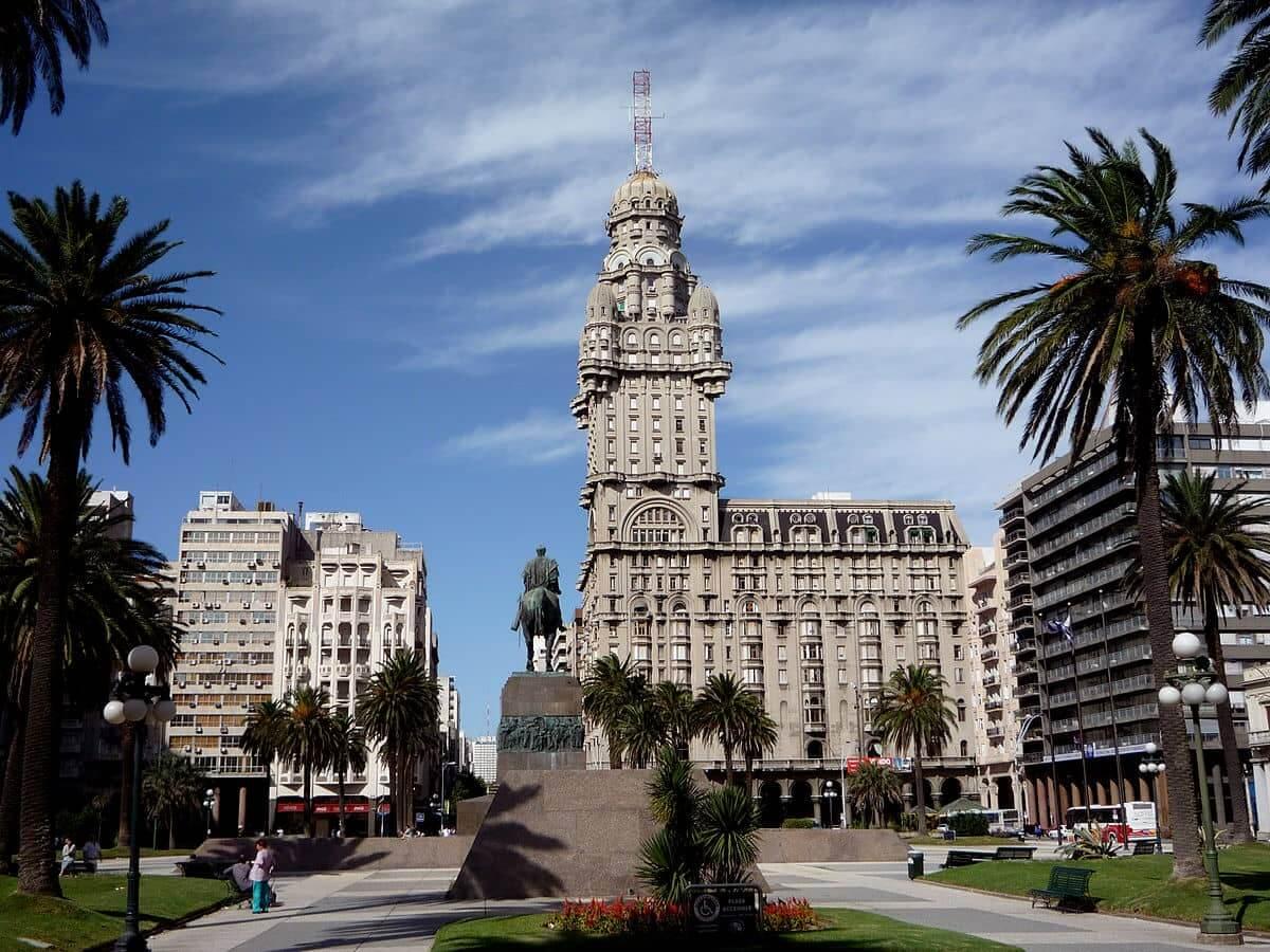 Pontos turísticos em Montevidéu: Plaza Independencia e Palácio Salvo