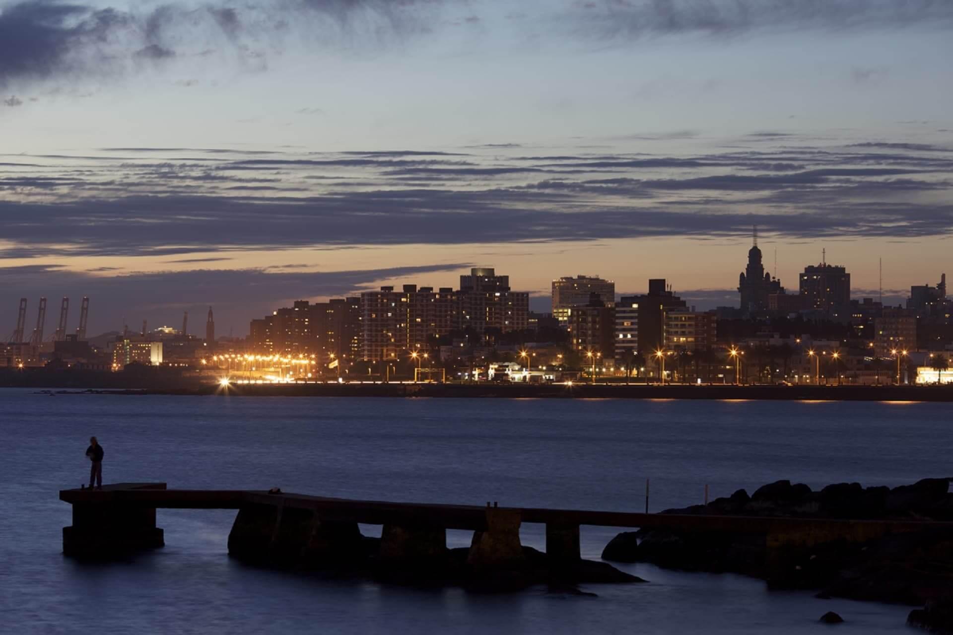Fuso horário de Montevidéu x Brasil: Noite em Montevidéu