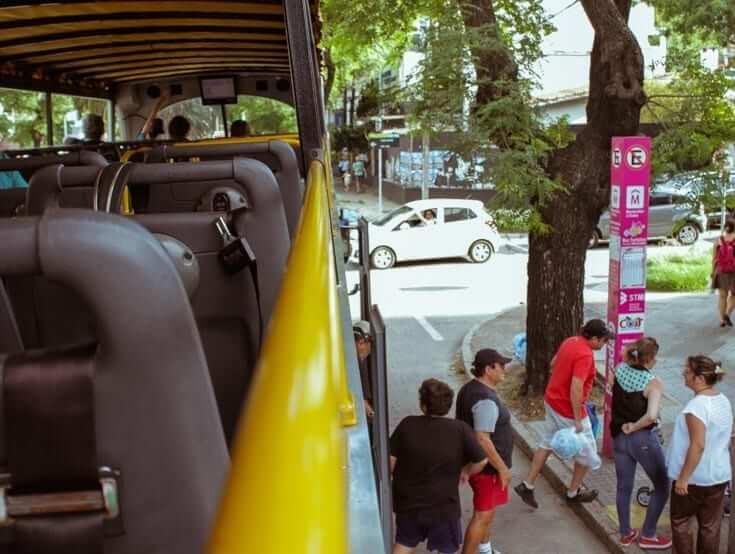 Passeio de ônibus turístico em Montevidéu: interior do ônibus